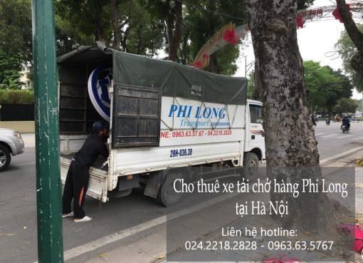 Xe tải chở hàng tại phố Kim Đồng